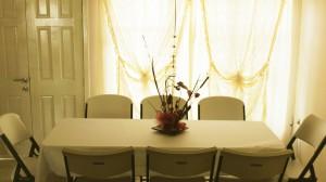 renta de sillas y mesas plasticas color blanco, con mantelería.